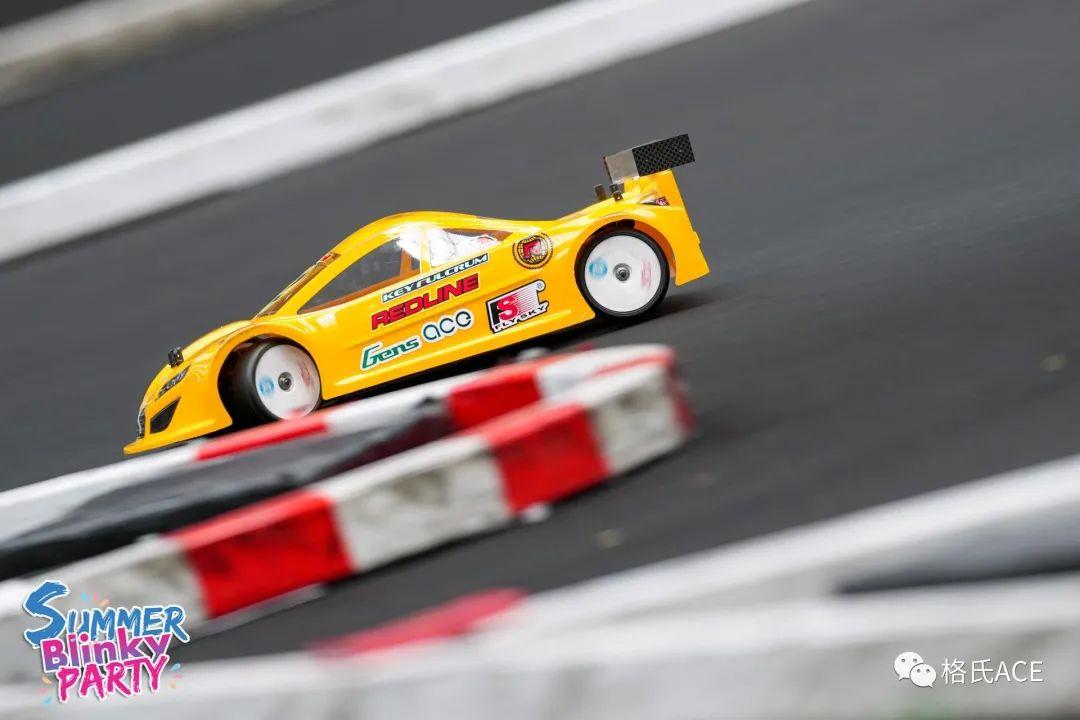 比赛中模型车漂移精彩剪影